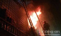 Cứu 5 người kẹt trong đám cháy, một cảnh sát PCCC bị thương