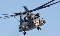 Trực thăng quân sự Mỹ đánh rơi cửa sổ khi cất cánh
