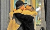 Robert Pattinson hôn siêu mẫu Anh trên đường phố