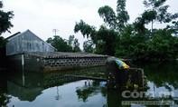Hố 'tử thần' xuất hiện trong nước lũ khiến nhiều nhà nghiêng