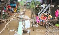 """Nước lũ lên nhanh, dân làm """"hệ thống"""" cầu khỉ để đi lại"""