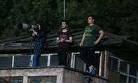 Bị cấm vào SVĐ, nữ phóng viên Iran leo mái nhà tác nghiệp