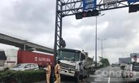 """Xe ben mất lái, """"làm xiếc"""" trên xa lộ Hà Nội"""