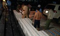 CSGT TP.HCM truy đuổi xe 7 chỗ chở 12.600 gói thuốc lá lậu