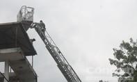 Gần 3 giờ giải cứu thanh niên cố thủ trên sân thượng nhà dân