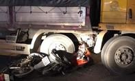 Hai xe máy tông vào xe tải quay đầu, 3 người thương vong