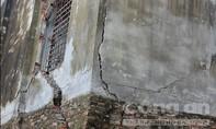 """Huyện Kỳ Sơn, Hòa Bình: Đường sá, nhà cửa """"bất ngờ"""" nứt toác"""