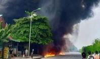 Sau tiếng nổ lớn kho sơn bốc cháy thiêu rụi 3 ngôi nhà cùng ô tô