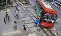 Barie đâm xuyên xe khách khi tàu sắp đến, khách vội nhảy ra ngoài