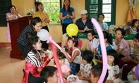 Con gái Việt Hương mang áo ấm đến với trẻ em khuyết tật