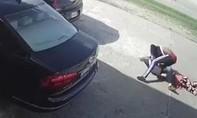 Nhóm cướp tấn công phụ nữ, rồi định cho ô tô cán qua