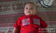 Một bé trai kháu khỉnh bị bỏ rơi trước nhà dân