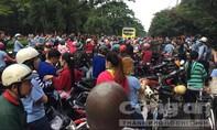 Hàng ngàn công nhân ngưng việc tập thể tràn ra đường, giao thông ùn tắc