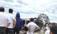Tàu hỏa tông bẹp ô tô, 2 người chết, 2 người nguy kịch