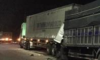 Xe tải tông đuôi xe đầu kéo, 2 người kẹt trong cabin biến dạng