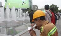 Mì gói miễn phí cho CĐV xem bóng đá ở phố đi bộ Nguyễn Huệ