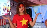 Dân làng kéo đến nhà rông cổ vũ Olympic Việt Nam