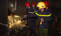 Cảnh sát PCCC phá cửa cứu 5 người kẹt trong đám cháy