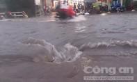 Xe chết máy hàng loạt, người dân bì bõm trong cơn mưa lớn