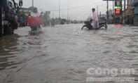 Dân Biên Hòa vật lộn giữa dòng nước chảy như thác trên đường