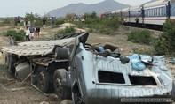 Tàu hoả tông xe tải vỡ nát, 3 người bị thương