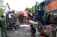 Hai xe container nát bét sau đối đầu, 2 người chết
