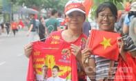 CĐV ở Sài Gòn kéo về phố đi bộ cổ vũ Olympic Việt Nam