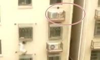Tay không trèo lên tầng 4 giải cứu bé gái kẹt ngoài ban công