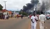 Đứng xem xe bồn chở xăng bốc cháy, 35 người thiệt mạng