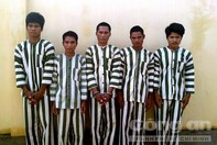 Bảy tên trộm đại náo buôn làng