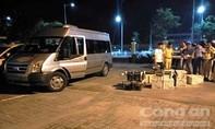 Xe chở lượng lớn rượu lậu gặp tai nạn trên đường tháo chạy