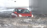 Máy bơm không hoạt động, hầm chui Mỹ Thuỷ ngập nửa xe ô tô