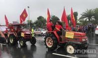 CĐV đội mưa lái máy cày đón Đoàn thể thao Việt Nam tại sân bay Nội Bài