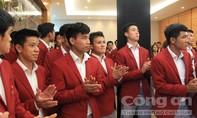 """Olympic Việt Nam """"bí mật"""" rời sân bay Nội Bài, NHM đội mưa nuối tiếc"""