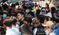 Du khách vạ vật dưới nắng nóng trước cổng KDL Bửu Long