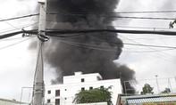 Cột khói khổng lồ bốc lên từ đám cháy tại Sài Gòn