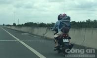 """Xe máy vô tư chạy trên đường cao tốc TLD: Tự """"tuyên án"""" cho mình"""