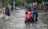 Người dân khu nhà giàu ở Sài Gòn bì bõm trong nước ngập