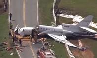 Máy bay trượt khỏi đường băng gãy làm đôi