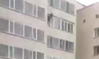 Clip người đàn ông hứng được đứa trẻ rơi từ tầng 10 chung cư