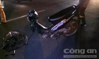 Xe máy đối đầu, 2 người bị thương nặng