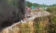 Xe bồn chở dầu đâm ô tô rồi lao xuống cầu bốc cháy