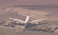Máy bay bị cách ly vì 100 hành khách ốm cùng lúc