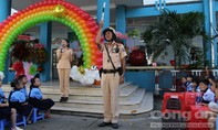 Học sinh dự lễ khai giảng cùng Cảnh sát giao thông