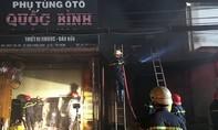 Cháy cửa hàng phụ tùng ô tô ở Sài Gòn trong đêm