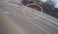 Nữ tài xế cứu sống bé gái 1 tuổi chạy bộ trên cao tốc