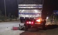 Xe máy gãy đôi sau cú tông đuôi xe tải, thanh niên tử nạn