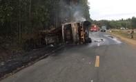 Xe tải chở gạch lật chắn QL1A, xe chở mía lật rồi cháy rụi