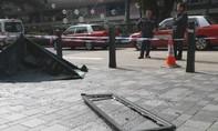 Hy hữu thiếu nữ tử vong vì cửa sổ khách sạn rơi... trúng đầu