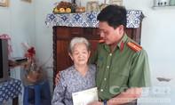 Báo Công an TP.HCM tặng quà mẹ VNAH tại Bến Tre